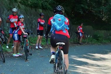 上り切った地点では、まったりしながら仲間の到着を待つ Photo:サイクルスポーツ編集部