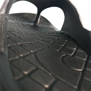 土踏まずのアーチを強めに設計。疲労により下がってくるアーチを支え、青竹踏みの要領で血流を改善する