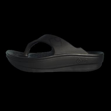 弓形のソールが着地時の衝撃を吸収し、足腰の負荷を軽減。さらに、足に無駄な力を入れなくても荷重をかかとから爪先へとスムーズに移動させることができ、軽やかな歩行を促す