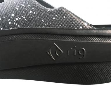 柔らかくクッション性のある厚底ソール。通常のサンダルに比べ足腰への衝撃を約40%削減