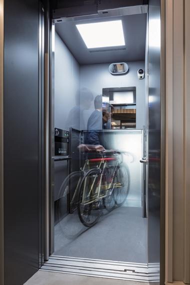 エレベーターには自転車が真っ直ぐ入る