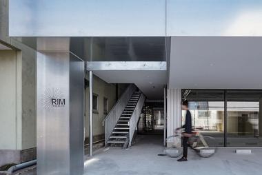 スロープ付きの階段とその奥には自転車を持ち運べるエレベーター