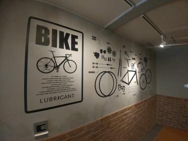 エントランス壁面。まるで自転車カフェかのよう