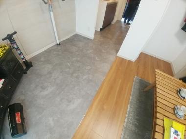 玄関から室内までフラット。自転車が通る部分は床材も変えてある