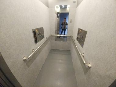 エレベーターは奥行きが2mあるので、自転車を立てずに入ることができる。高層階に住んでいてもラクに自転車を下ろせる