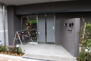 エントランスはオートロックの自動ドア。バイクを持ったまま入れる