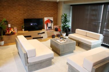 2階にあるコミュニティラウンジでは、Jスポーツが流れるテレビが。入居者同士で声をかけあって観戦できる