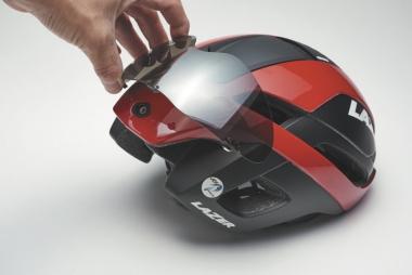 ●便利なマグネット式バイザーだが、サングラス着用時は後頭部にスッキリ収納できる