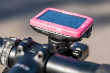 本体の操作は側面にあるハードキーで行う。写真のモデルはメガGPS XLの限定カラー「ピンク」