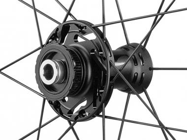 上位モデルと同様にディスクブレーキの強力な制動力に耐えるTwo to Oneスポークパターンを採用し、DBに最適化された設計