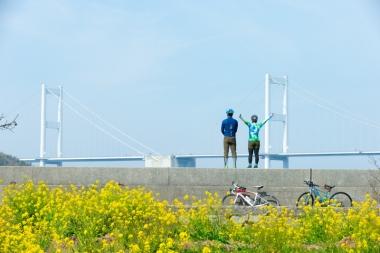 ハンドルを南へ向けると、来島海峡大橋の雄代な姿と爽やかな海風が待っている