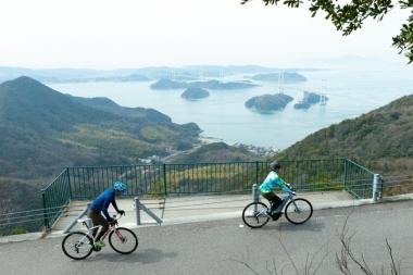 Eバイクの恩恵は圧倒的で、ロードバイクに乗る人がどんなに健脚であろうとも、同じペースで進むのは不可能