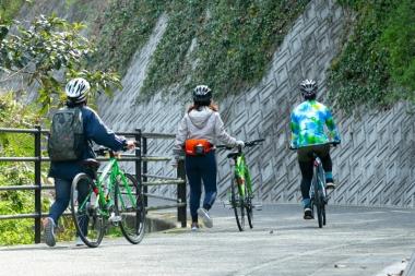 有名だけにビギナーも多く訪れるしまなみ海道では、緩い上りでも押し歩く人が珍しくない。Eバイクを借りればいいのに、と一概には言えないが、Eバイクなら行程の自由度が広がるのは間違いない