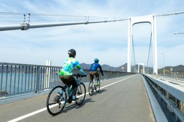 大島と無人の見近島に架かる大島大橋、見近島と伯方島に架かる伯方大橋の総称が、伯方・大島大橋。長さは合わせて1100mほど。迫力は来島海峡大橋に譲るが、自歩道が広くて走りやすい