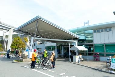 サイクリングターミナル、サンライズ糸山。宿泊やレンタサイクルの拠点として利用価値大。交通至便な駅前に泊まるか、橋に近い糸山に泊まるか? 悩ましくもうれしい選択肢だ