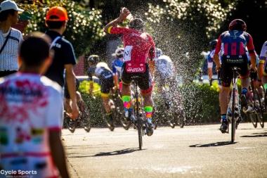 当日は厳しい残暑に見舞われ、各選手ニュートラルサポートから水を多く補給するシーンも