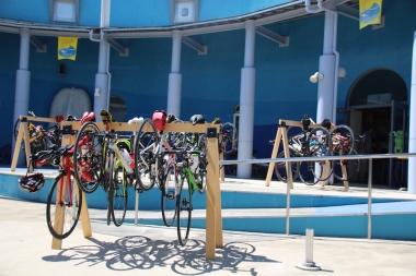 伊根町の浦嶋館サイクルステーション化プロジェクト。ラック工具を設置し同施設に入るイタリアンレストランPIENOではサイクリスト向けメニューを考案した。
