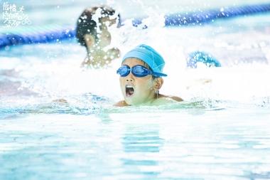■屋内プールで実施されるスイムコース