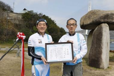 中村知事から西元守さん(四国一周第一号完走者)に感謝状贈呈
