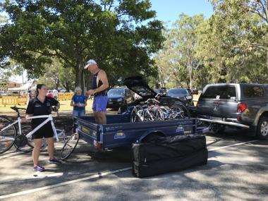 大人も子供達のバイク運搬をサポート