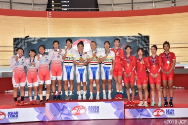 女子チームパーシュート表彰式。日本(中村、梶原、古山、吉川)は2位