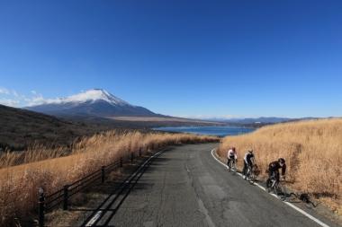 三国峠を超えて山中湖への下りセクション。富士山がよく見える絶景ポイントだ。(写真のライダーは上っているが実際のレースでは下る予定)
