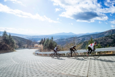 コース終盤に登場する三国峠。最大勾配20%を誇る激坂。舗装を見ればその急さがわかるだろう