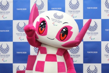 会場での応援を呼びかける東京2020パラリンピックマスコットのソメイティ