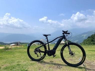 山頂でヘルメットとともに借りる事ができるパナソニックのeMTB「XM1」。また、マルチドライブユニットを採用した「XM2」も用意される。1時間2000円から
