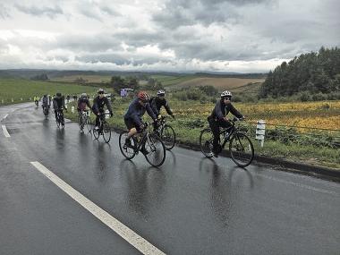 ●初日の60km、雨がぱらつくなか黙々と上る参加者