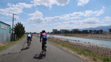 酒匂川沿いをゆったりとしたペースで進む Photo:Yoko Oya