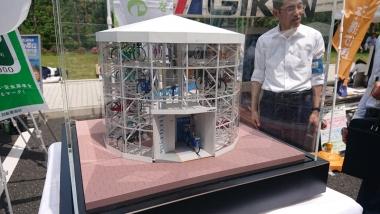 技研製作所の地上型の機械式駐輪場「モバイルエコサイクル」の模型。2日で設置できる簡易な「魅せる」駐輪場で、街づくりだけでなく、サイクルツーリズムとの親和性も高いかもしれない