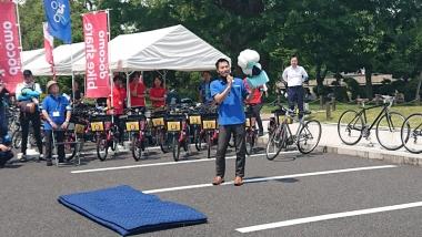 ライトウェイは「バーレー」の自転車用ベビーカーを展示、貸出するほか、「ホーブディング」の自転車用エアバッグを実演