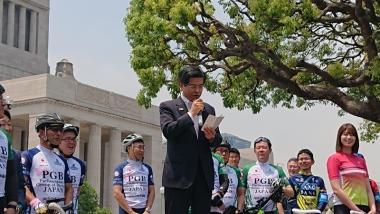 自転車活用推進本部長の石井啓一国土交通大臣。「自転車は、子供から高齢者まで利用できる交通手段なので、幅広く理解と関心を深めることが大切。総会とそのあとのサイクリングの開催は意義深い」と話した
