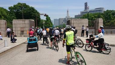 国会の正門から皇居1周の走行会へ。先頭と最後尾には警視庁の自転車部隊「ビームス」