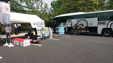 日本航空の自転車受託手荷物専用ボックス「エスビーコン」とB.B.BASEのバス
