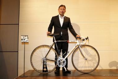 鈴木光広氏と、ソウル五輪出場時に使用したブリヂストン・レイダック。鈴木氏は同五輪で当時日本勢最高位の25位をマークした