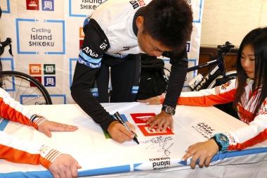四国一周フラッグにサインを記す門田選手
