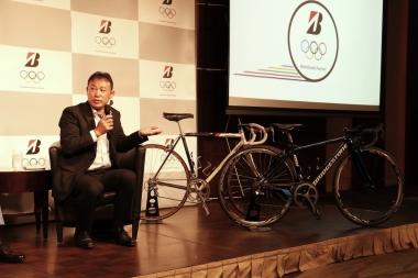 壇上には、鈴木氏がソウル五輪出場時に使用していたバイク、ブリヂストン・レイダックと、現在チームに供給しているアンカー・RS9が並べられた。鈴木氏は88年当時と現在のフレームの違いを開発サイドの目線から