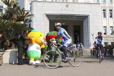 愛媛県庁本館正面玄関前で出発式。中村知事らが試走を行い、4日間に渡る四国一周1000kmツアーがスタートした