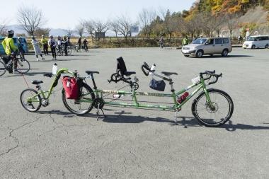 なんと4人乗り自転車(アメリカのコモーションサイクルズ)。これなら一家で参加できる。