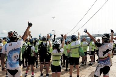 台湾メディアが飛ばすドローンにみんなで大きく手を振って応える。