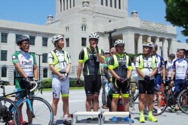 皇居一周サイクリングを先導した警視庁の自転車部隊「BEEMS」(ビームス)のメンバー