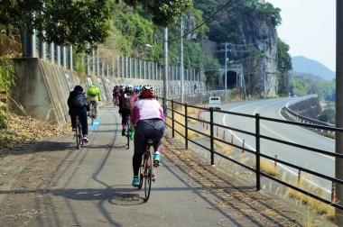 片鉄ロマン街道は幹線道路より少し高台にあり、随所で絶景が眺められる。トンネルを通ることも