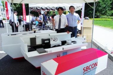 全日本自転車競技連盟の片山右京理事長と今注目を集めている飛行機輸送用ボックス「SBCON(エスビーコン)」の開発者、坂本潤さん(合同会社S-WORKS)