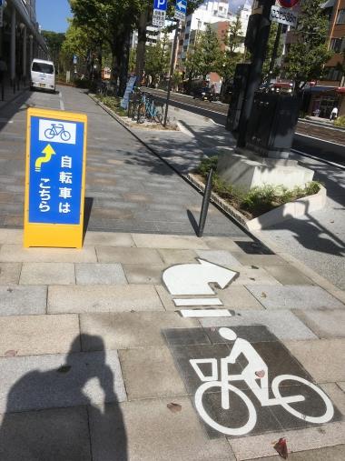 歩道と自転車道を分岐する標識も分かりやすく、違法駐輪もほとんどない