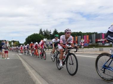 時速48kmで進む集団内の岡篤志(photo CyclismeJapon)