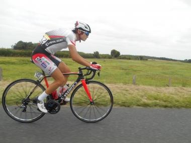 ボトルを運ぶ石上優大(photo:CyclismeJapon)