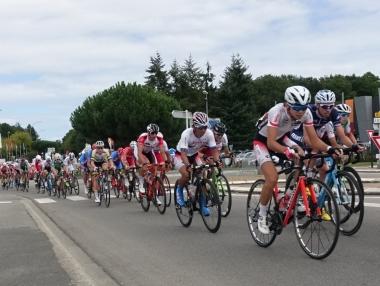 時速48kmで進む集団内の石上優大と岡本隼(photo:CyclismeJapon)