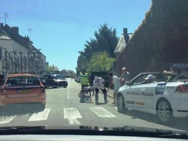 小野寺玲の落車地点にメディカルカーが到着(photo:CyclismeJapon)